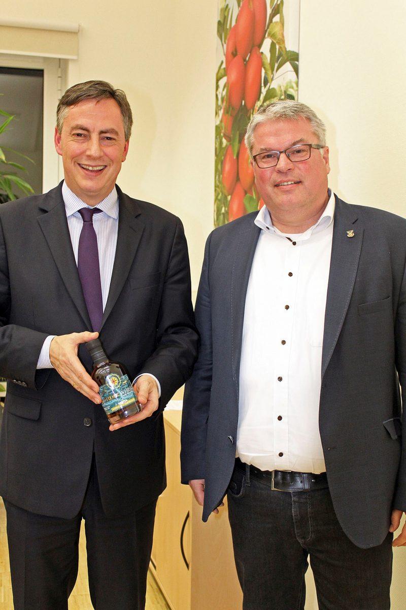 David McAllister (MdEP) mit einem Single Malt Whisky aus dem Alten Land und Matthias Riel (Bürgermeisterkandidat)